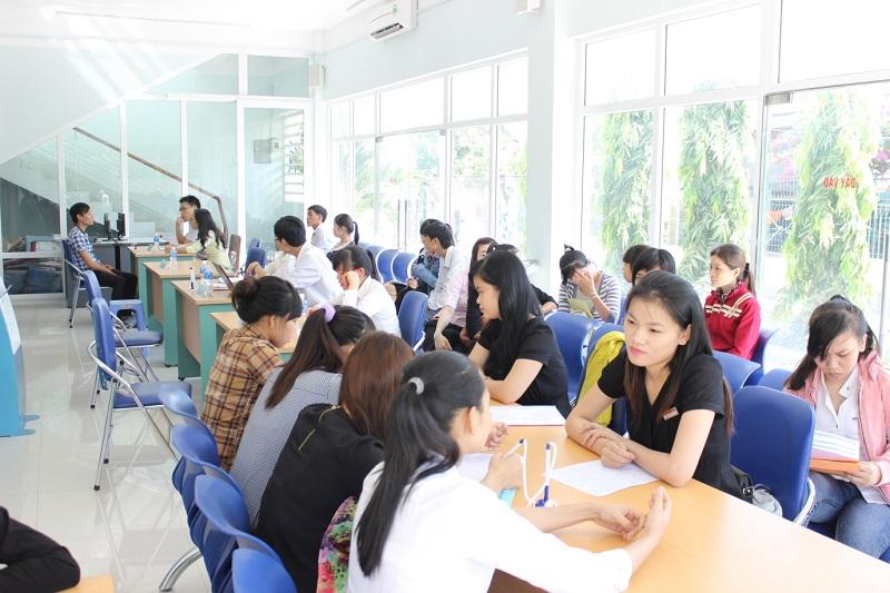 Nhiều lao động trẻ đến làm thủ tục trợ cấp thất nghiệp